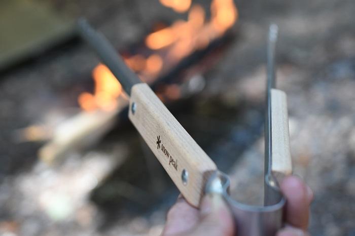 V字形状の火ばさみ