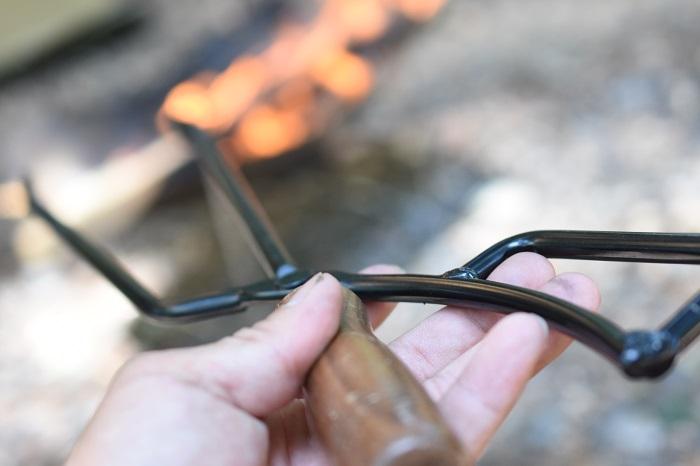ハサミ形状の火ばさみ