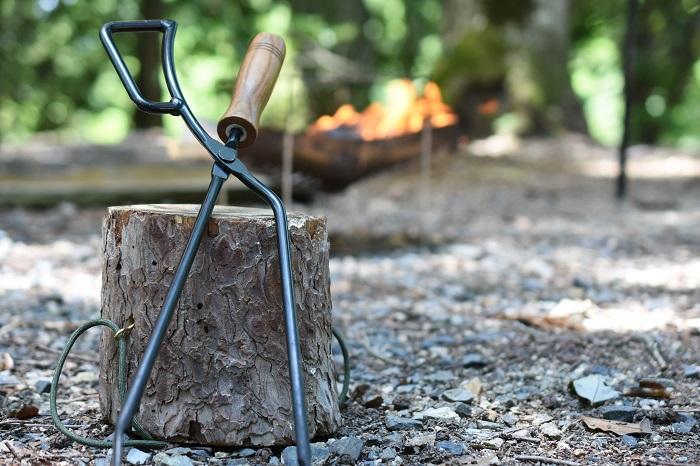 木に立てかけた火ばさみ