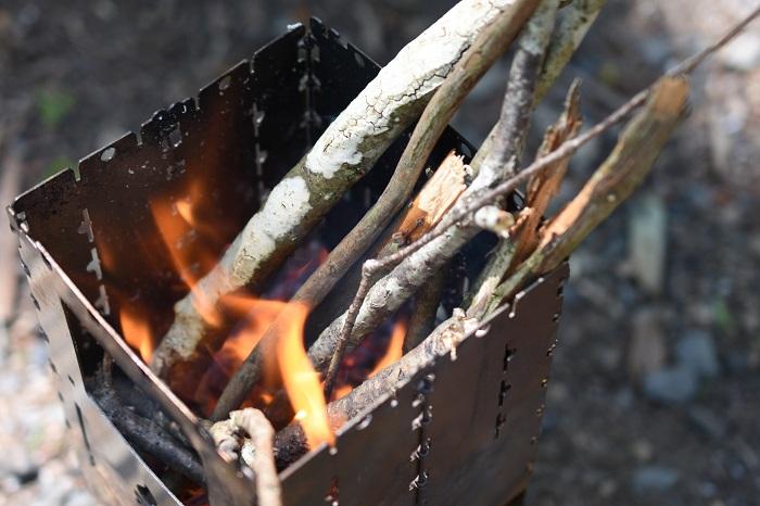 焚き火は小さく薪も厳選