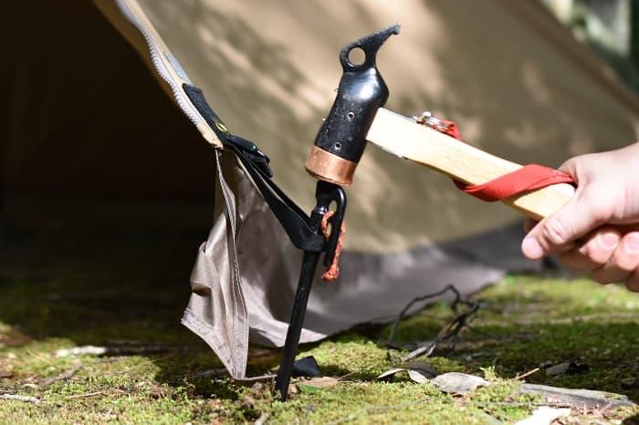 テントのループにペグを打ち込む