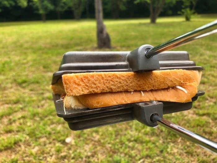 食パンに具材を入れてコールマンのホットサンドメーカーでプレス