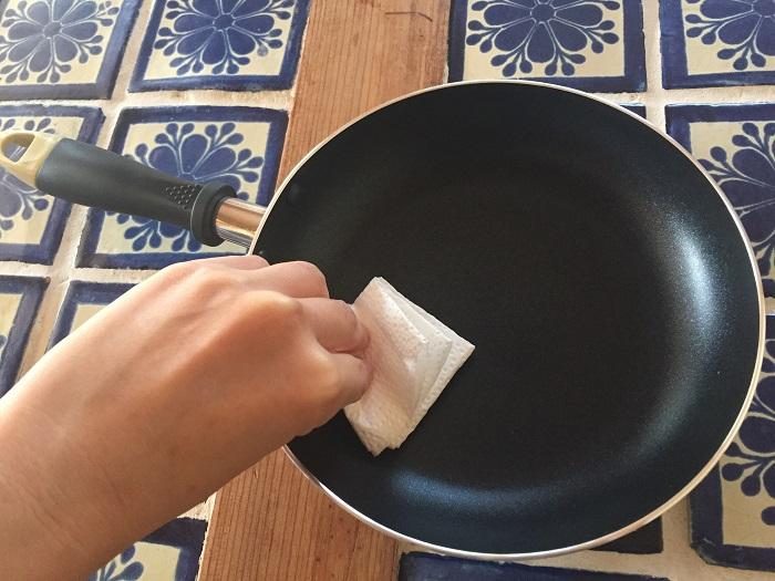ダイソーのフライパンをクッキングペーパーで拭く