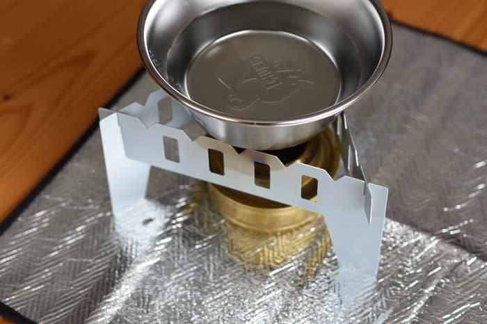 アルコールストーブでお湯を沸かす
