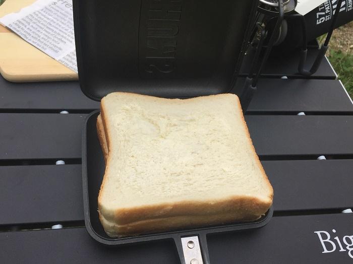 ホットサンドメーカーに食パンを乗せた