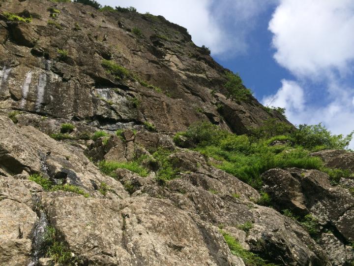 ボルタリングできる自然の岩山