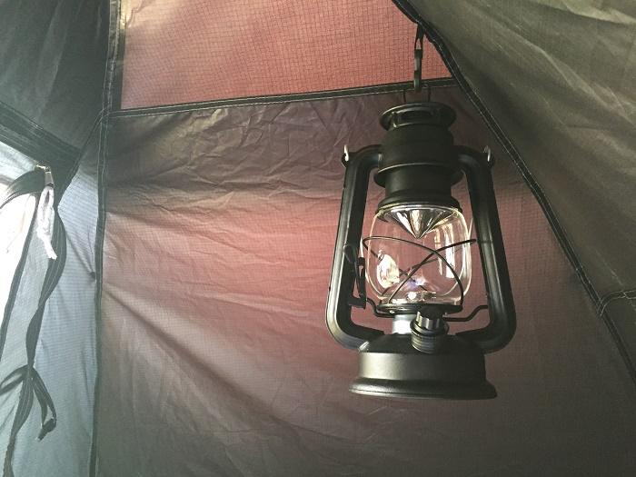 DODワンタッチテント内にランタンを吊るす