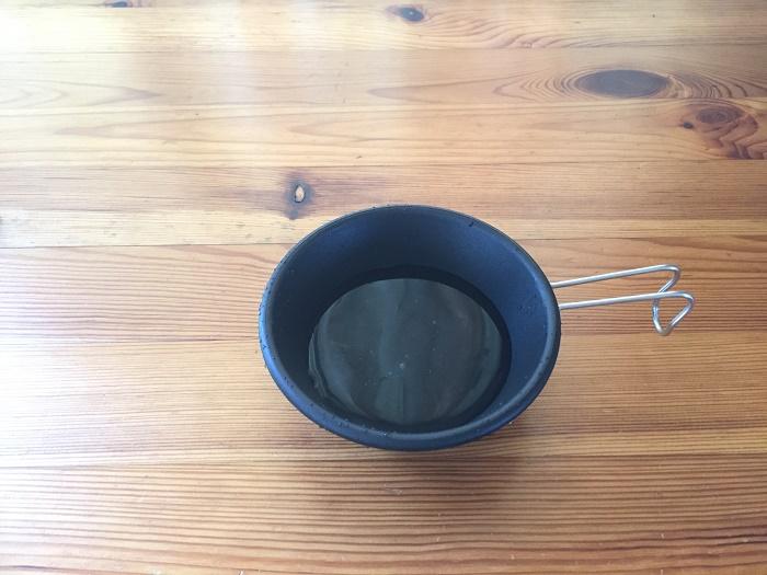 ダイソーのシェラカップで水を量る