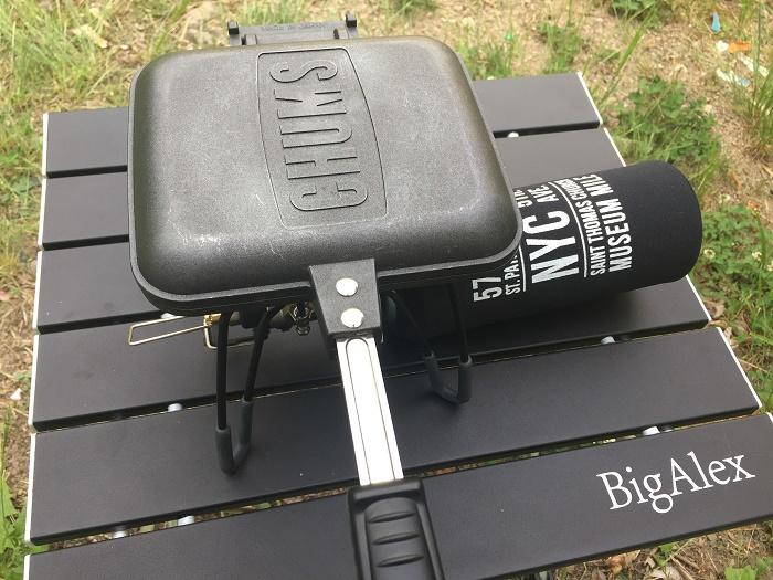 パンを挟んだホットサンドメーカーをバーナーで焼く