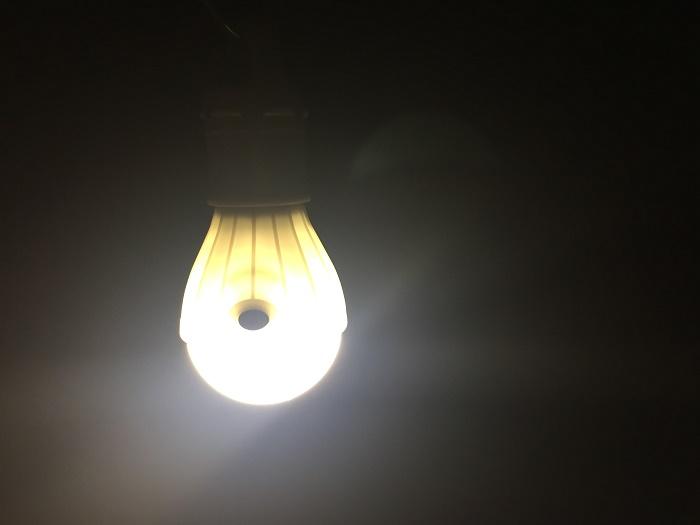 ダイソー電球型ライト フック付きの明るさ