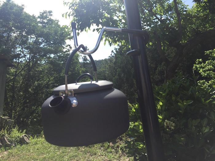 ダイソーのランタンハンガーにケトルを吊るす