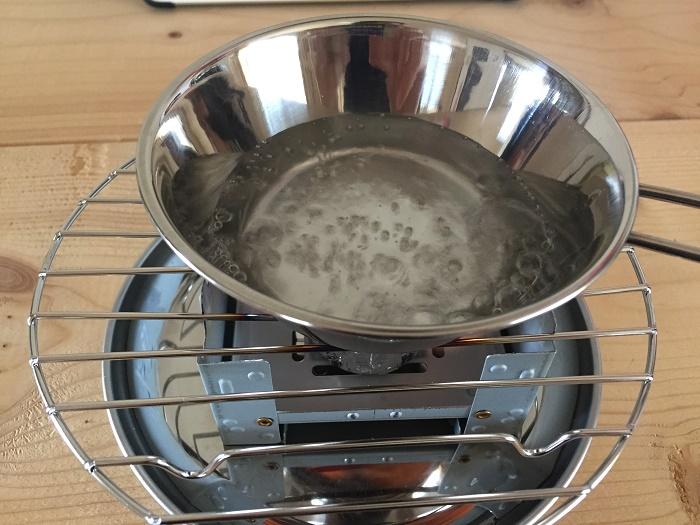 固形燃料でお湯を沸かす