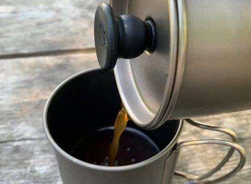 スノーピークのカフェプレスでコーヒーを注ぐ