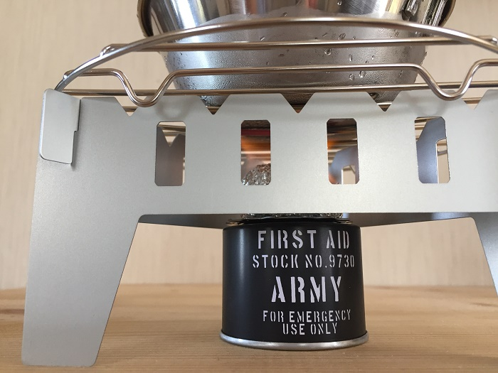 固形燃料を高くしてお湯を沸かす