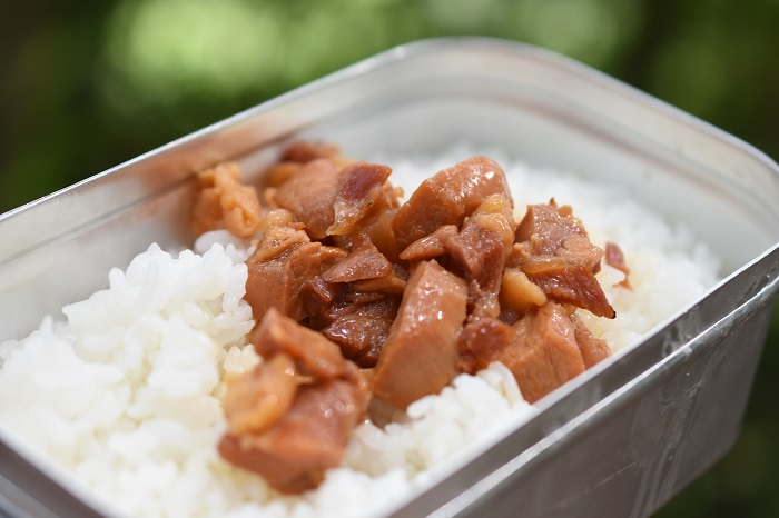 炊いたご飯に焼き鳥缶詰を乗せた