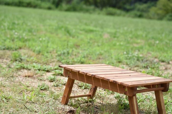 ソロキャンプ向けの木製ミニテーブル