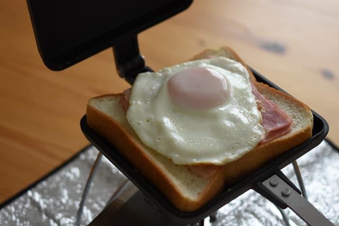 ベーコンと卵のホットサンド
