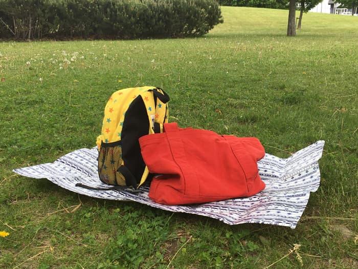 ダイソーの一人用レジャーシートに荷物を置く