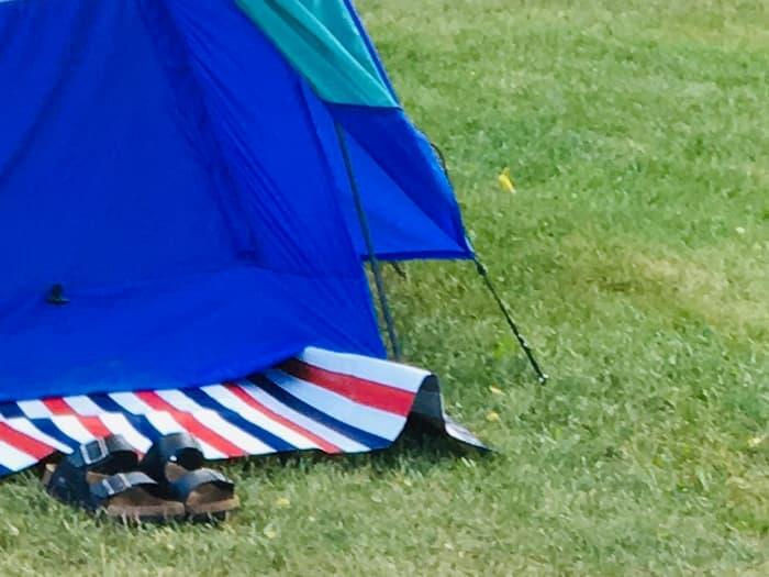 テント前にダイソーの一人用レジャーシートを敷く