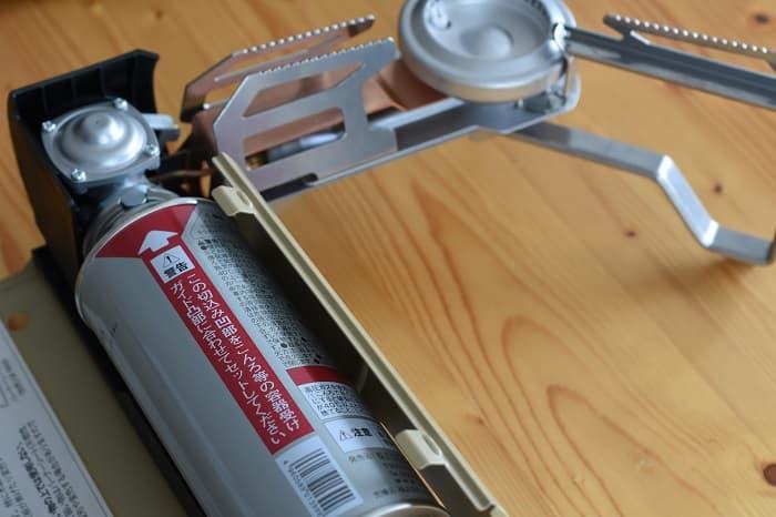 SnowPeek(スノーピーク)カセットコンロ「ホーム&キャンプバーナー」GS-600にボンベを取り付けた状態
