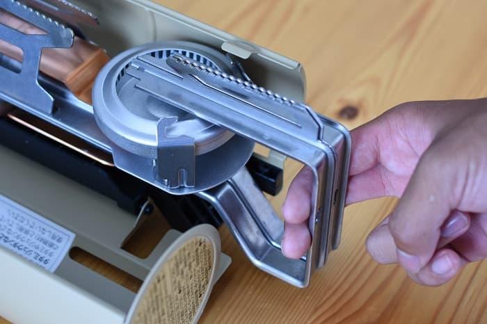 SnowPeek(スノーピーク)カセットコンロ「ホーム&キャンプバーナー」GS-600の五徳を引っ張る