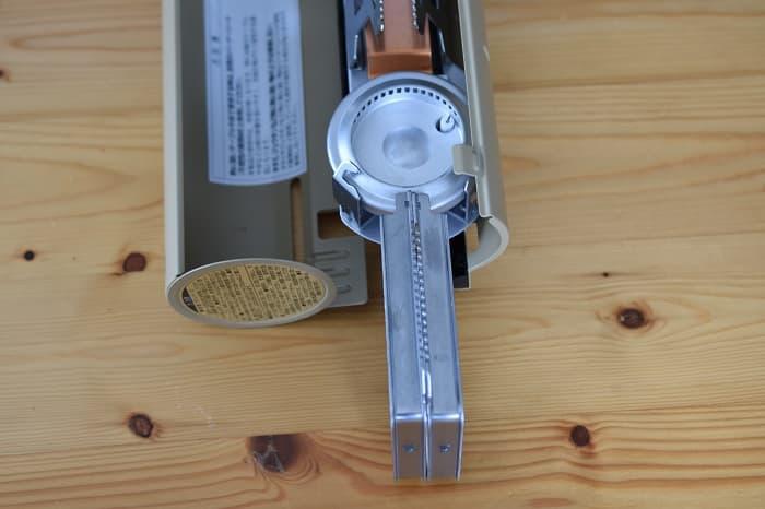 SnowPeek(スノーピーク)カセットコンロ「ホーム&キャンプバーナー」GS-600の五徳を引っ張り出した状態