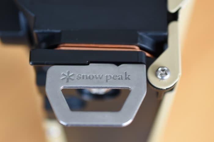 SnowPeek(スノーピーク)カセットコンロ「ホーム&キャンプバーナー」GS-600本体の足のロゴ