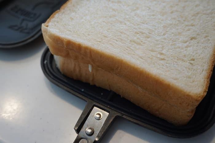 パンを乗せて挟む