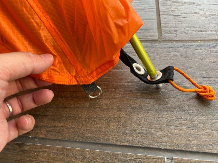 アライテントエアライズ2のフライシートの金具をフレームに通す