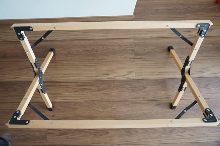 ハイランダーのロールトップテーブルの足を開いた状態