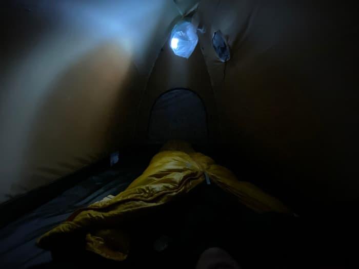 アライテントエアライズ2のテント内のループにヘッドライトを吊るす