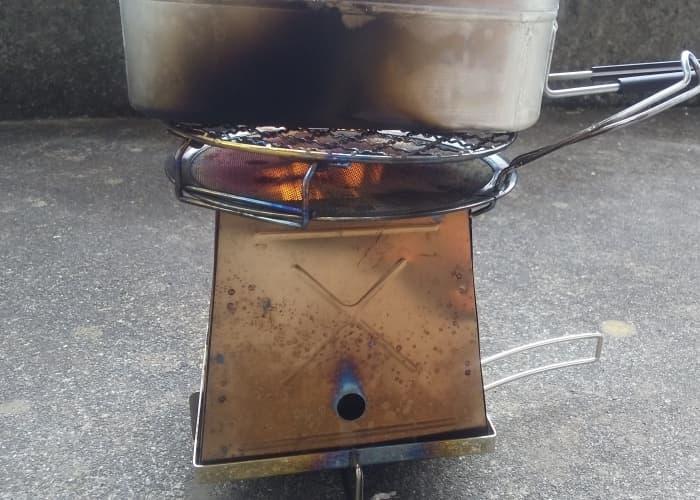 アルコールストーブの風防兼五徳としてネイチャーストーブを使って炊飯