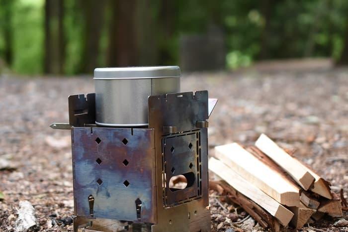 焚き火に空き缶を入れチャークロスを作る