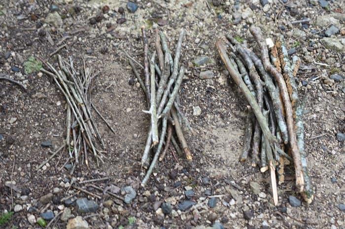 木や薪は前もって3種類の太さに分けておく