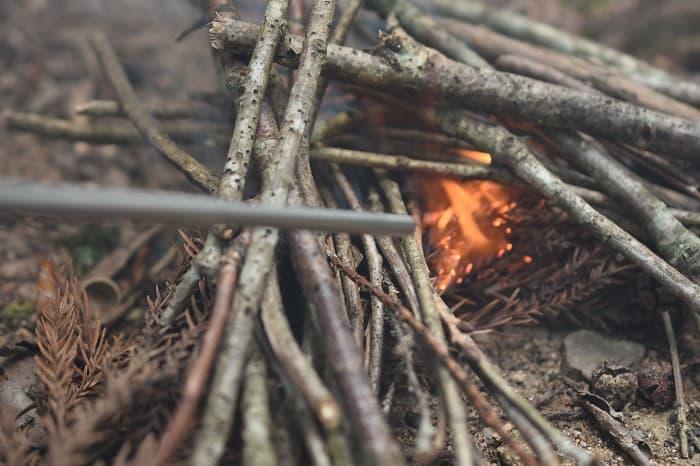 細い薪や木に火をうつす