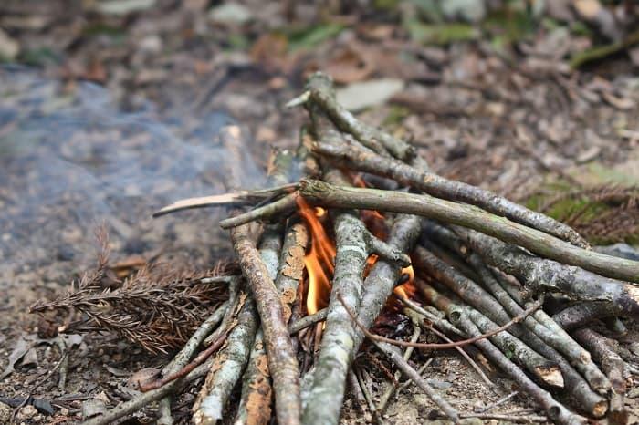 以降は太めの薪を追加して火を維持する