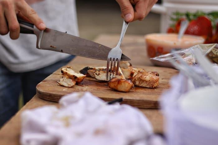 キャンプナイフは料理用と焚き火用(薪割り)と使い分けよう!