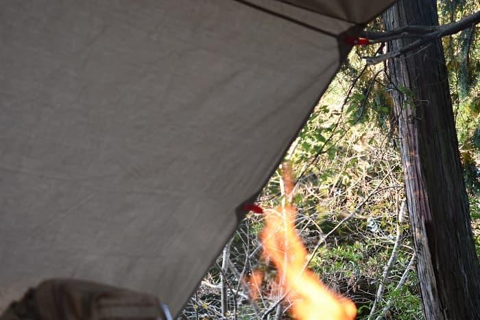 火の粉に強くタープの下で焚き火ができる