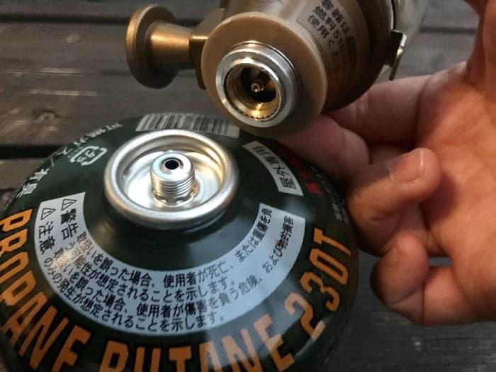 ルミエールランタンをガス缶に取り付ける