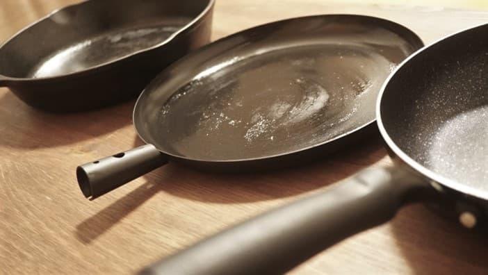 焚き火で使える鉄製フライパンとステンレスの違い