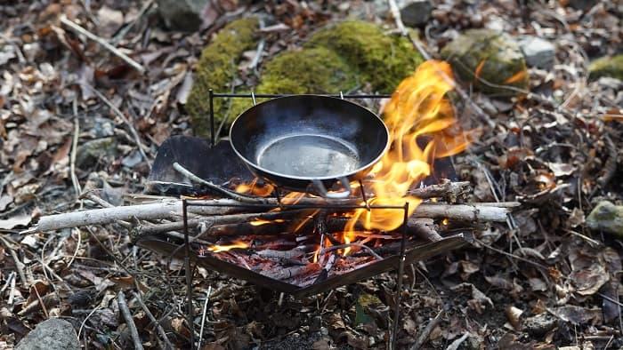 たき火で使える鉄フライパンのちびパン