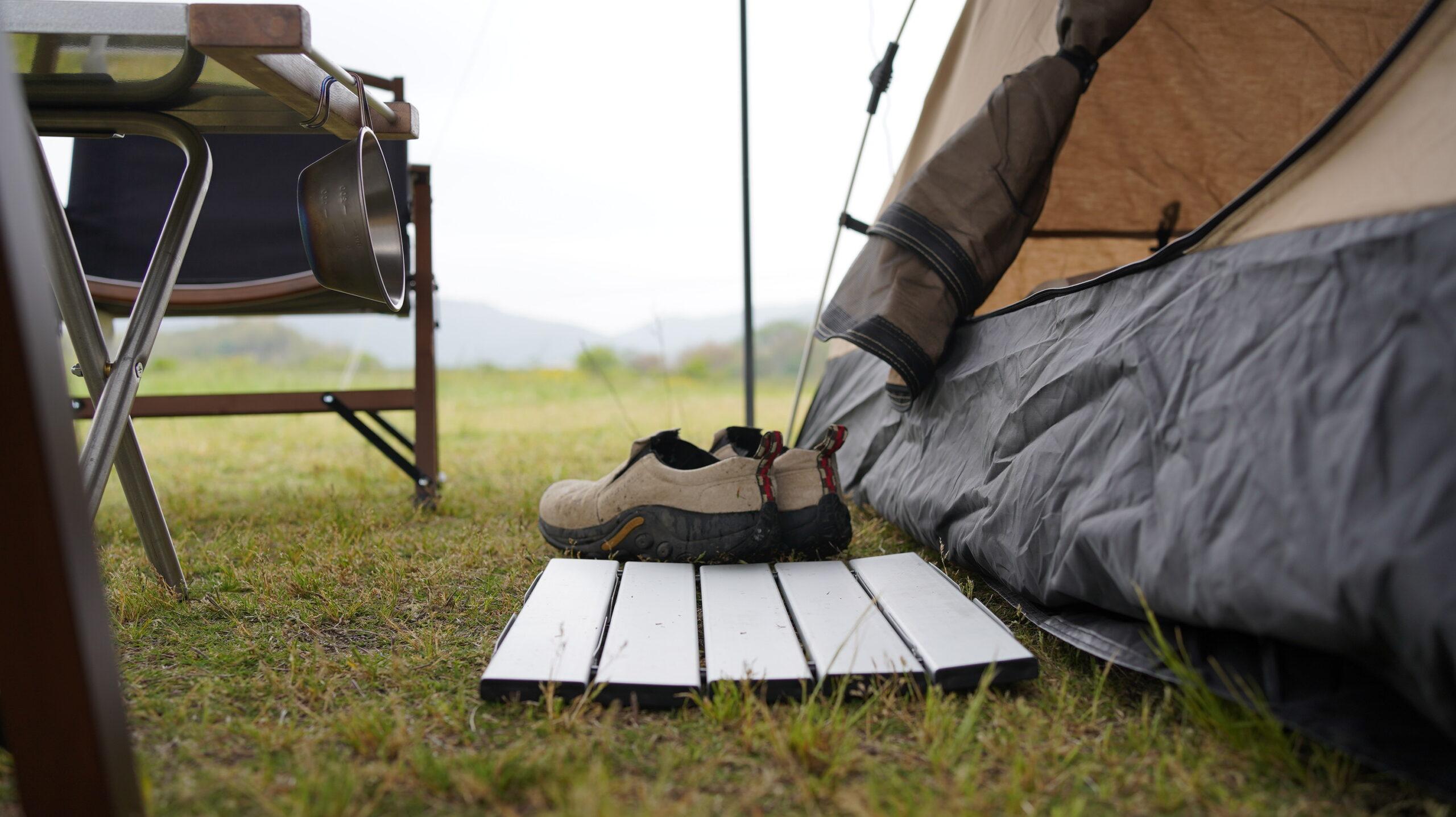 テント出入り口にすのこを設置