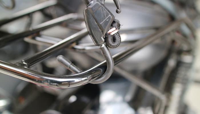 バイクへのクーラーボックス(バック)の固定方法