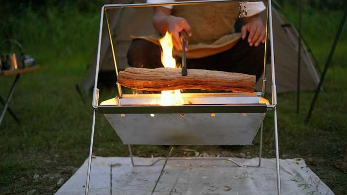 UNIFLAME(ユニフレーム)焚き火ベースsoloは薪が入れやすい