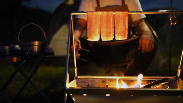 UNIFLAME(ユニフレーム)焚き火ベースsoloで吊るしベーコン
